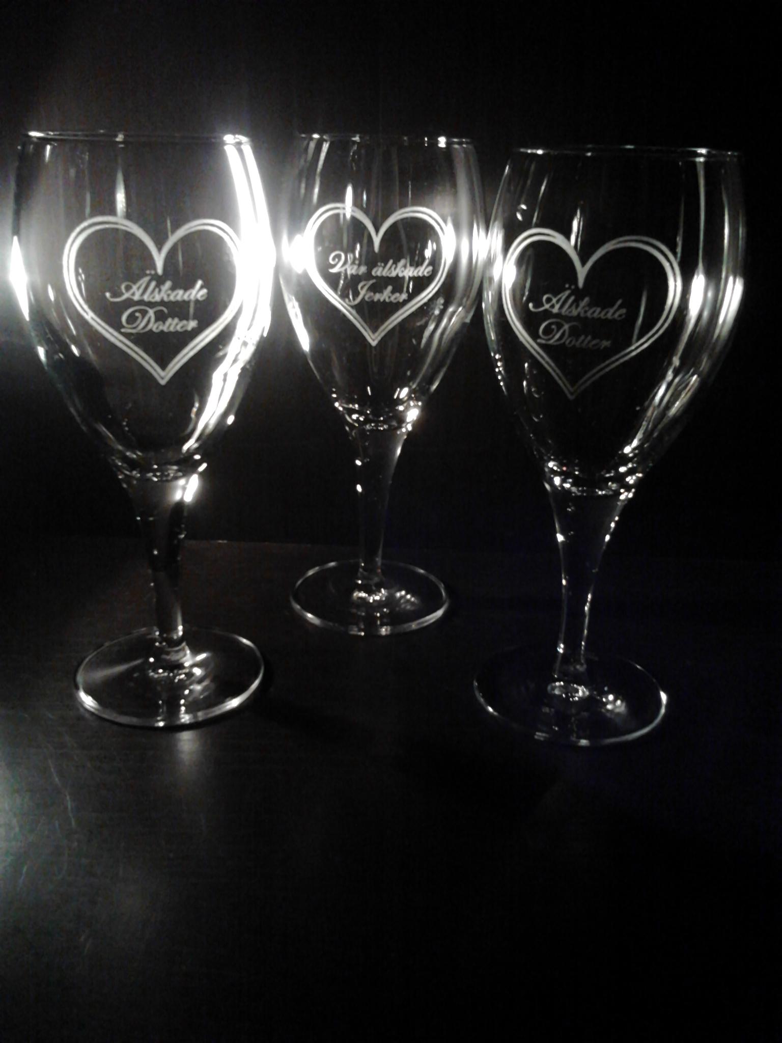 vinglas med hjärtan